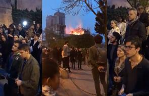 Spontaniczna modlitwa paryżan przed płonącą katedrą. Wzruszający obraz z tragedią w tle [WIDEO]