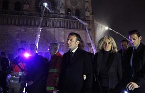 Francja: struktura i fasada katedry ocalone; Macron obiecuje odbudowę