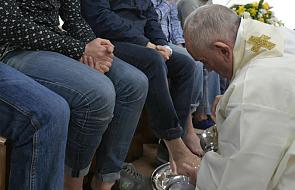Papież odprawił mszę w podrzymskim więzieniu Velletri i obmył nogi więźniom