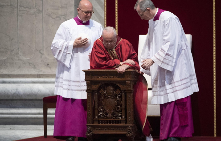 """""""Jezus był bezdomnym przez całe swoje życie"""". Papież przewodniczył Liturgii Męki Pańskiej"""