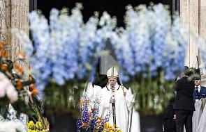 Watykan: tysiące wiernych na mszy w Niedzielę Zmartwychwstania Pańskiego pośród 55 tysięcy kwiatów i roślin