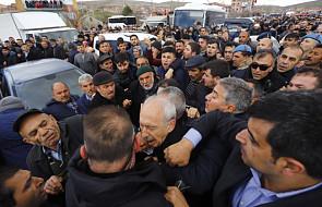 """""""Niech Bóg cię przeklnie"""". Przywódca tureckiej opozycji zaatakowany przez tłum na pogrzebie żołnierza w Ankarze"""