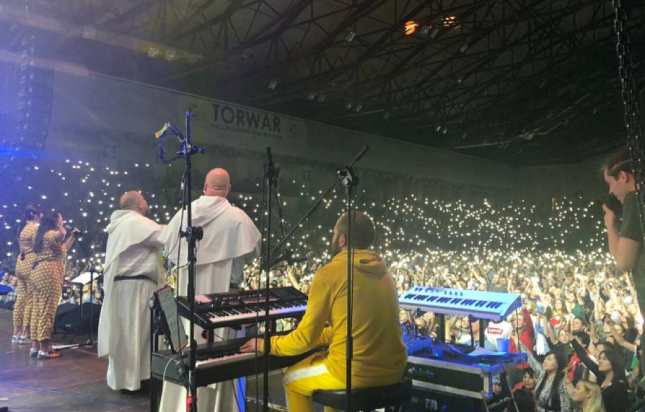 Torwar pękał w szwach! Ponad 6 tysięcy osób wielbiło Boga z ojcem Adamem Szustakiem OP