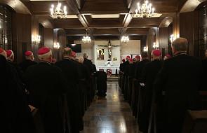 Kościół bez biskupów? To nośne hasło