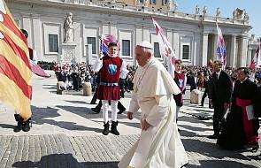 Dlaczego papież chodzi ubrany na biało? [WYJAŚNIAMY]