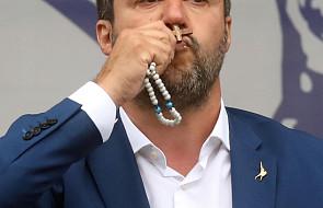 Włochy: Salvini skrytykowany za religijne gesty podczas wiecu wyborczego. Wygwizdano na nim papieża Franciszka