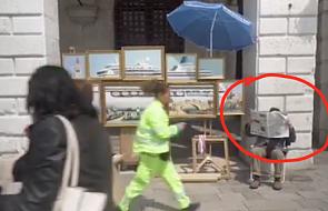 Wenecja: Banksy znów zaskoczył. Nagrał wideo ze strażnikami miejskimi usuwającymi go z placu