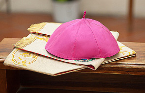 Nuncjusz apostolski we Francji zaprzecza zarzutom o obmacywanie