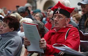 """Kraków: Moniuszkowski rekord świata; ok. 3 tys. osób zaśpiewało """"Prząśniczkę"""""""