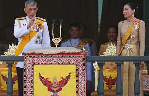 By przywitać króla, wszyscy ubrali sięna żółto. Nowy król Tajlandii przemówił z balkonu pałacu królewskiego