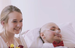 Od dzieciństwa walczy z rakiem. Ich ślub w szpitalu naprawdę wzrusza [WIDEO]