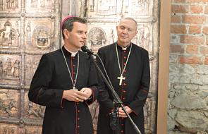 """Biskupi w Płocku """"wydali wojnę księżom-przestępcom"""". Niektórzy duchowni ich krytykują"""