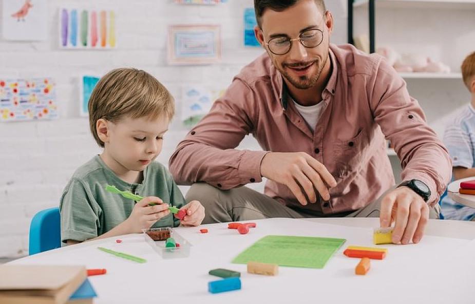 Nauczyciel był świadkiem agresywnego zachowania dziecka z autyzmem. Jego reakcja zachwyca!