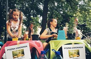Przedszkolaki przyszły w upalny dzień na spotkanie z bezdomnymi i robiły dla nich orzeźwiającą lemoniadę
