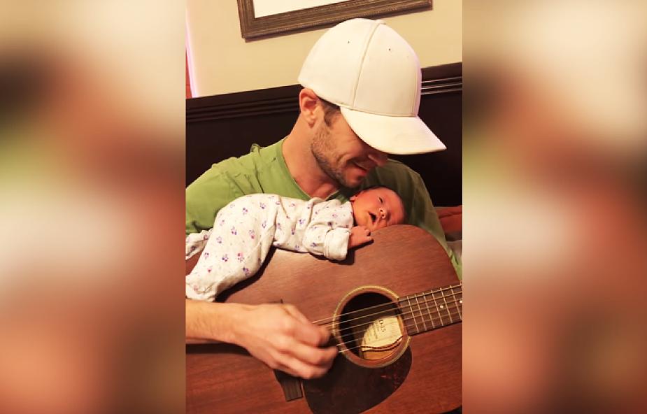 Ojciec śpiewa dziecku kołysankę. To wzruszające nagranie obejrzano już prawie 800 tys. razy [WIDEO]
