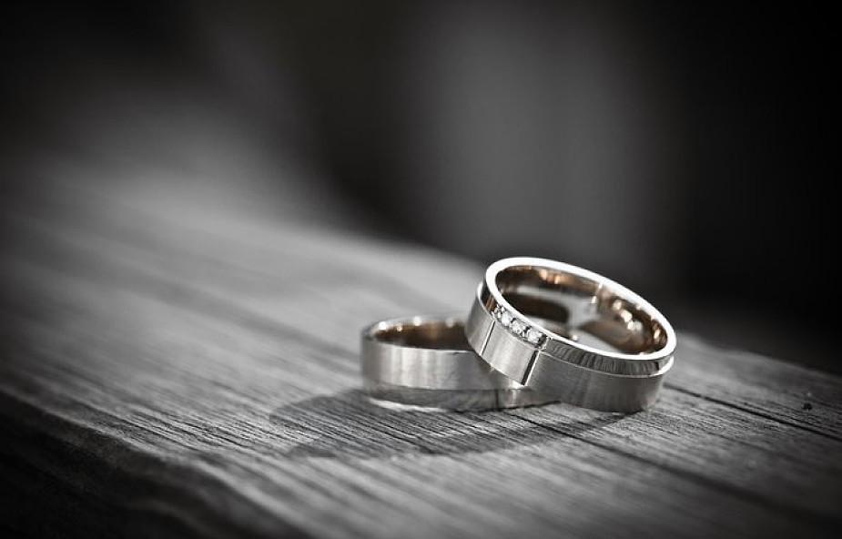 W tym kraju wprowadzono małżeństwa homoseksualne. Posunięcie to skrytykowali tamtejsi biskupi