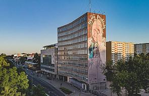 90-latka zobaczyła samą siebie na ogromnym muralu. Zobacz jej reakcję! [WIDEO]