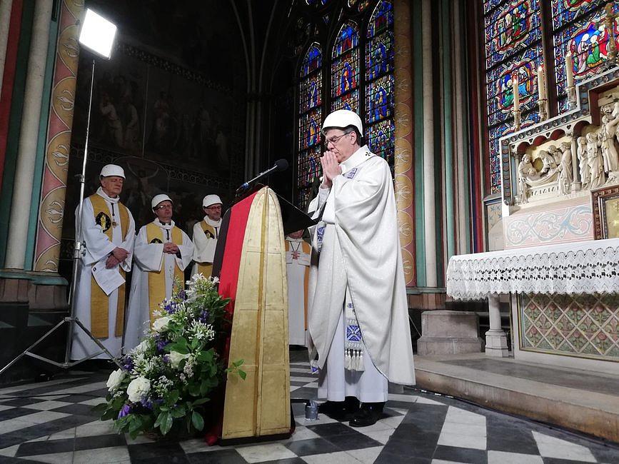 W katedrze Notre Dame po raz pierwszy po pożarze odbyła się msza [ZDJĘCIA] - zdjęcie w treści artykułu