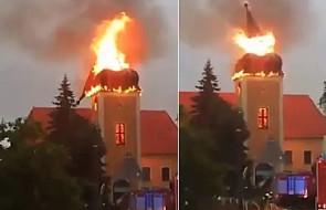 """W nocy zaczął płonąć zabytkowy kościół. """"Zobaczyłem, że pali się wieża kościelna"""" [WIDEO]"""