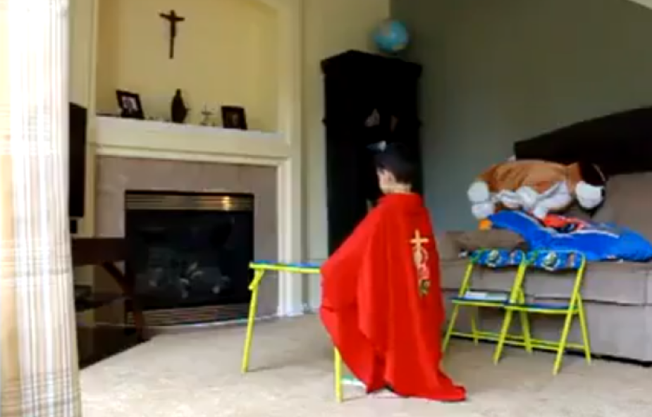 """4-latek udaje księdza i """"celebruje"""" mszę. To wideo obejrzano już prawie 400 tys. razy"""
