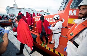 Statek z 42 migrantami stoi naprzeciwko portu na wyspie Lampedusa