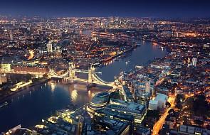 W.Brytania: policja odcina dojazd do płonącego budynku w Londynie