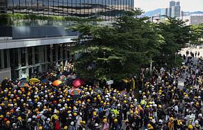 Hongkong: demonstranci usiłują wedrzeć się do siedziby parlamentu
