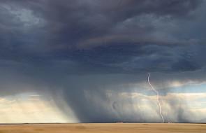 IMGW: Ostrzeżenia przed burzami dla połowy kraju; możliwe trąby powietrzne