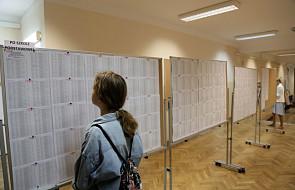 """W dużych miastach Polski zabrakło tysięcy miejsc do szkół średnich dla uczniów. """"Co czwarty ma świadectwo z czerwonym paskiem"""""""