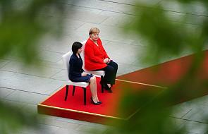 Merkel znów siedziała podczas odgrywania hymnów