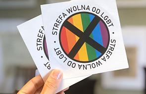 """""""Strefa wolna od LGBT"""". Skandaliczne naklejki z """"Gazety Polskiej"""""""