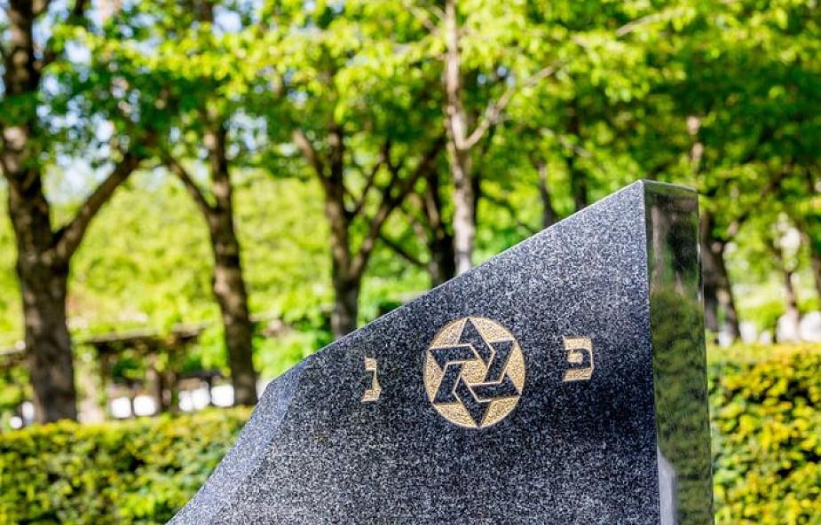 Mieszkańcy Tarnowa zamalowali antysemickie napisy na cmentarzu żydowskim