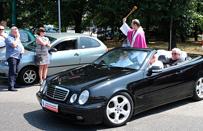 Tychy: biskup w kabriolecie święcił pojazdy [FOTO]