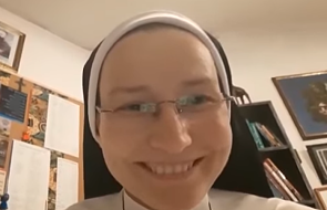 Siostra zakonna w nietypowy sposób zachęca do zrobienia ważnego kroku [WIDEO]