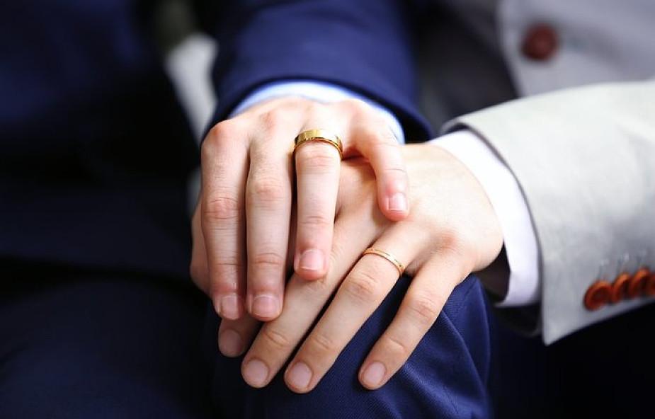 Szwajcarskie wspólnoty protestanckie wprowadzają kościelne śluby jednopłciowe
