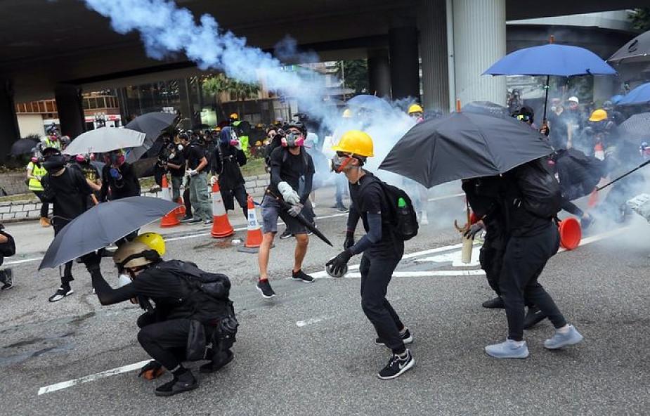 Hongkong: policja użyła armatek wodnych i gazu łzawiącego