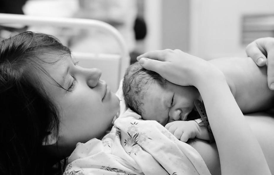 """O tym, jak kobiety cierpią po porodzie się nie mówi. """"Widziałam ból w twoich oczach"""""""