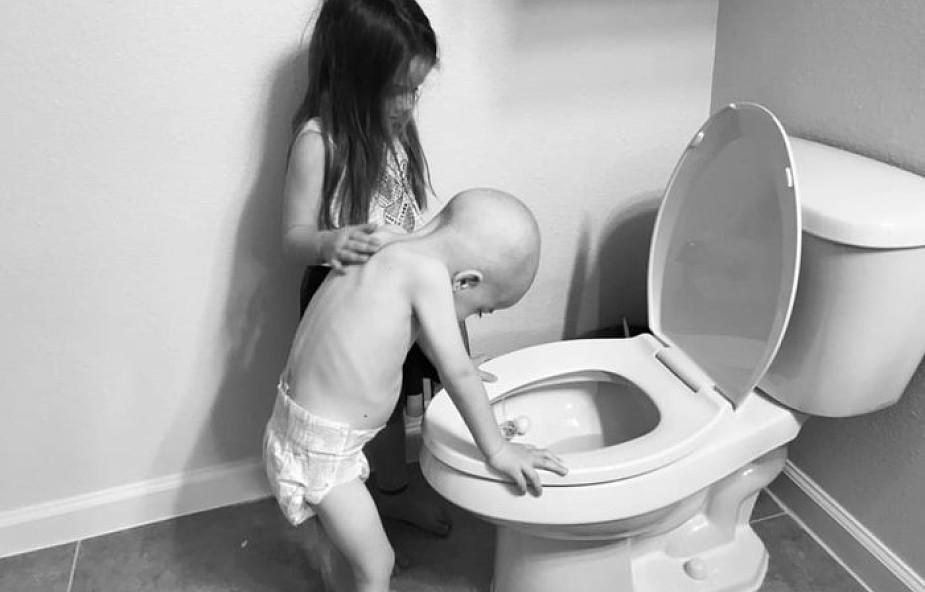 Choroba dziecka to choroba całej rodziny. Poruszające zdjęcie dziewczynki i jej chorego braciszka