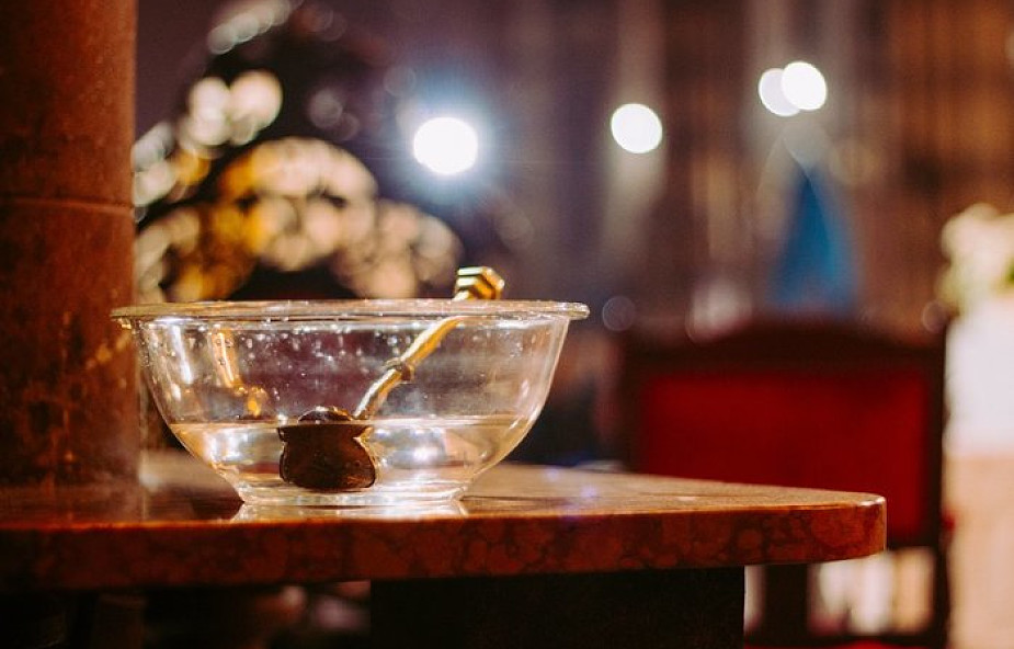 Duchowni walczą z alkoholem. Skropili miasto 70 litrami święconej wody
