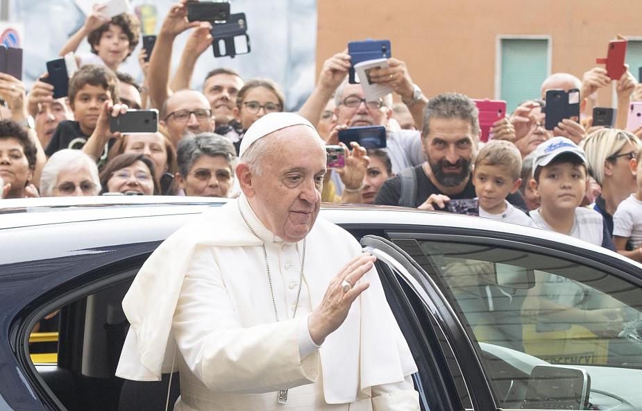 Papież z niezapowiedzianą wizytą w ośrodku dobroczynnym pod Rzymem. Towarzyszy mu Andrea Bocelli