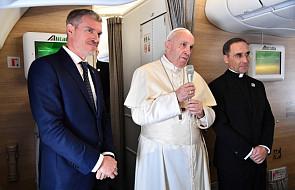 """Papież: """"to dla mnie zaszczyt, jeśli atakują mnie Amerykanie"""". Rzecznik Watykanu wyjaśnia, co Ojciec Święty miał na myśli"""