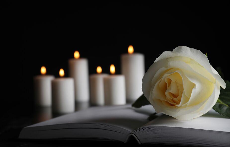 Koszalin: księga kondolencyjna w seminarium duchownym dla upamiętnienia rektora