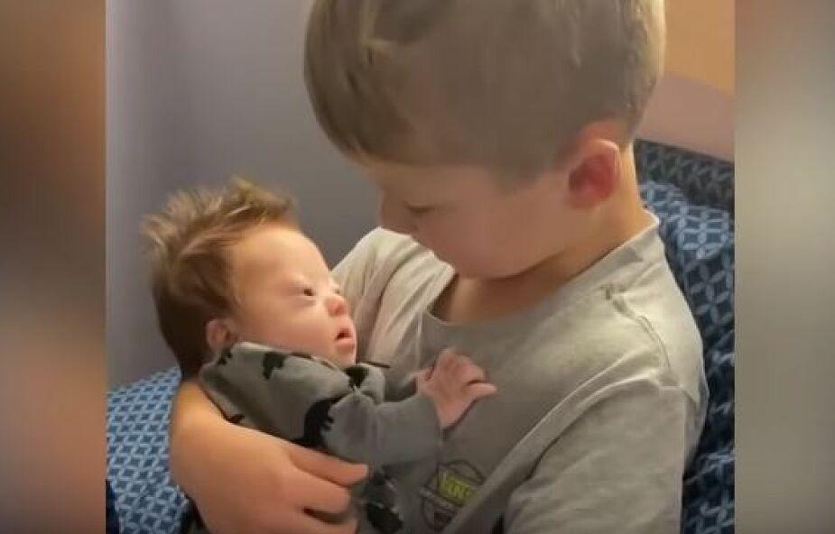 Chłopiec trzyma na rękach brata z zespołem Downa i śpiewa mu piosenkę [WIDEO]