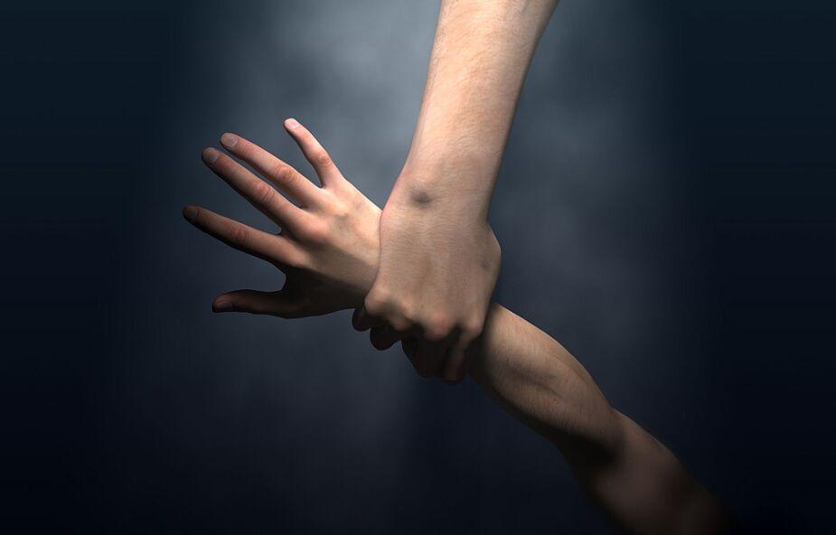 Ta ciemność jest nie do rozjaśnienia ludzkim wysiłkiem. Jest tylko jeden ratunek