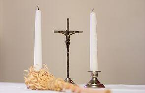 """Przyjmowanie księdza boso to """"wyraz najwyższej pogardy"""". Parafia z Białegostoku instruuje wiernych"""
