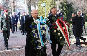 Oświęcim: byli więźniowie i prezydent RP złożyli kwiaty na terenie byłego obozu Auschwitz I