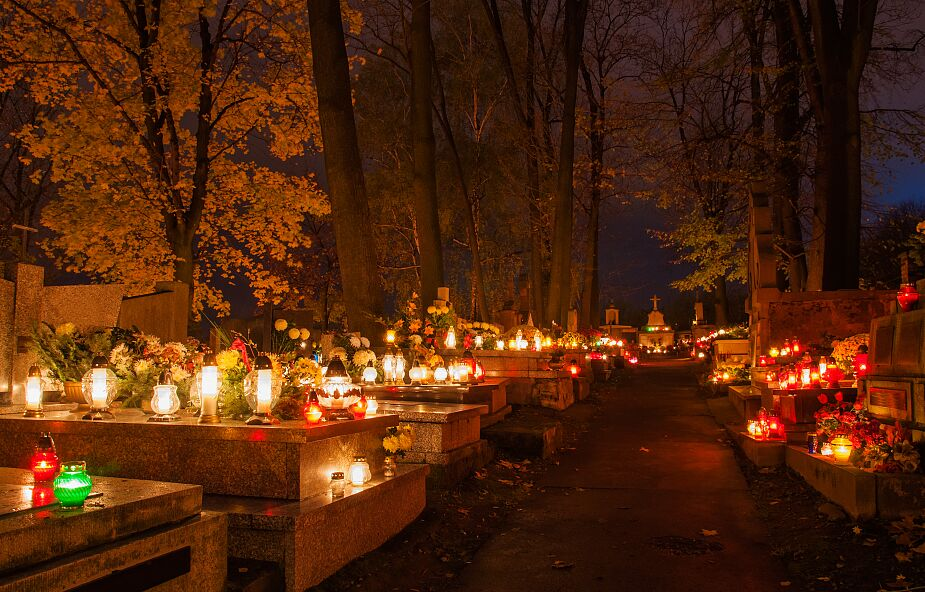Dworczyk: na ten moment nie ma planów zamknięcia cmentarzy 1 listopada