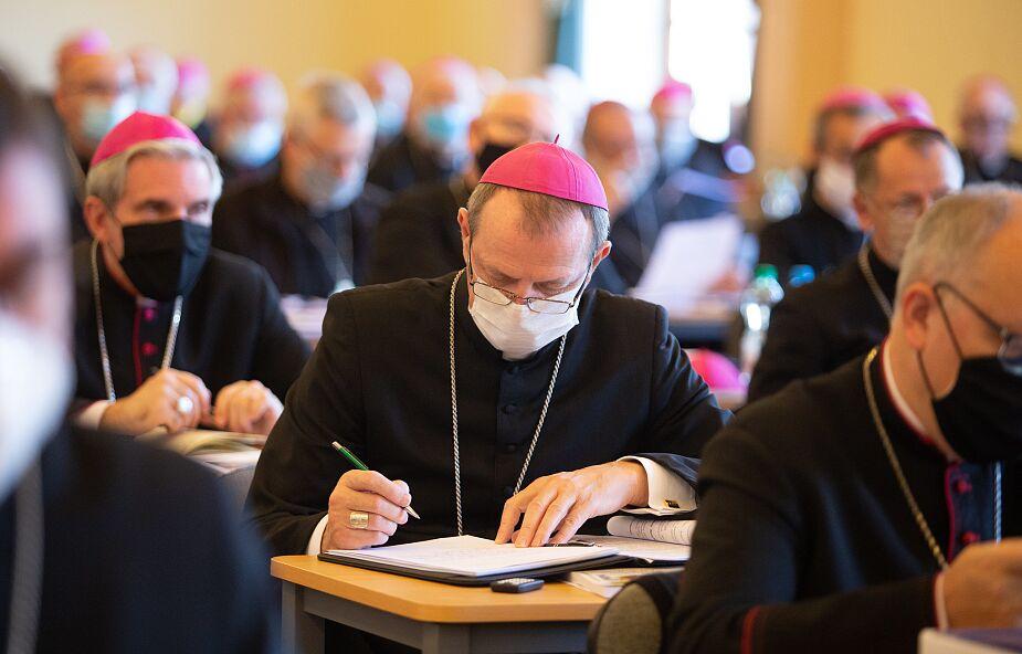 Pandemia, Komunia na rękę, obrona kościołów... biskupi przestają mówić jednym głosem