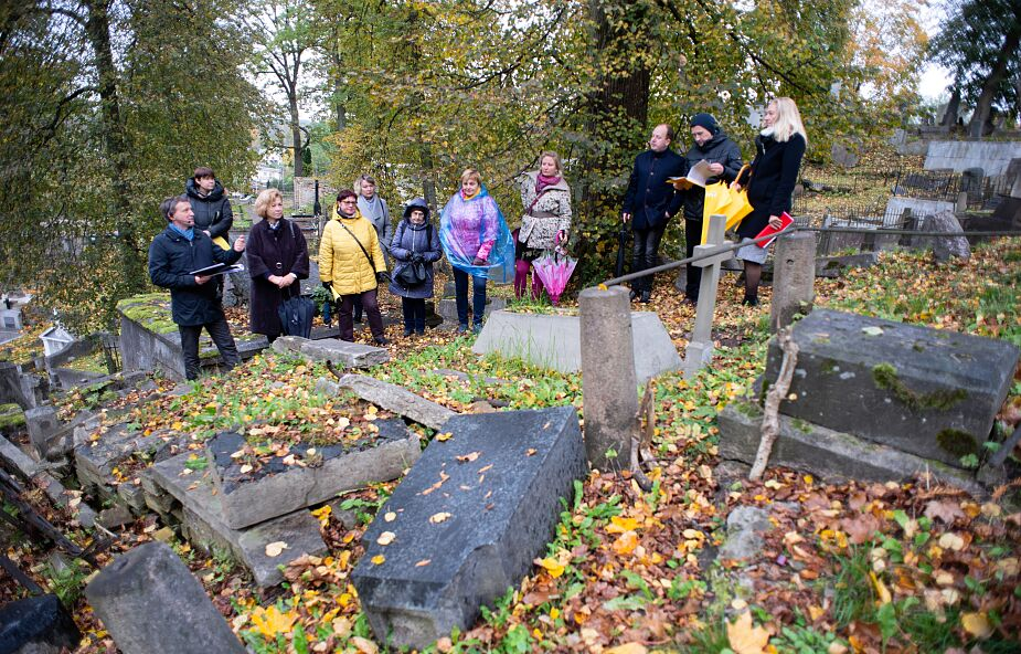 Bp Stułkowski: rozłóżmy odwiedziny na cmentarzach na oktawę Uroczystości Wszystkich Świętych