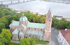 Proboszcz z Płocka wycofał zawiadomienie ws. napisu na murze katedry. Sprawcy przeprosili